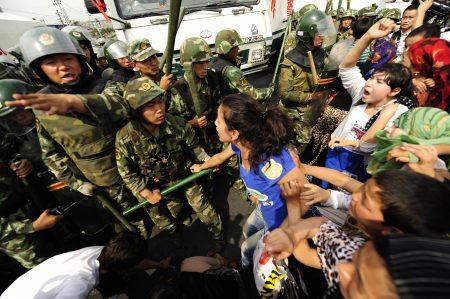 七五事件起初只是一場示威活動,最後演變成暴力襲擊。而這背後的促成因素竟是烏魯木齊市政府。