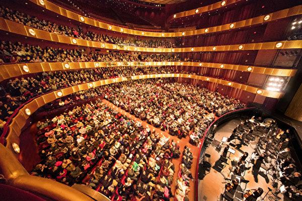 2018年1月21日下午,神韻紐約藝術團在紐約林肯中心大衛寇克劇院的第十三場演出,全場售罄。(戴兵/大紀元)