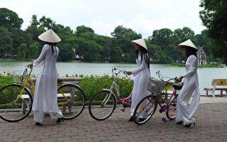 """近日,陸媒披露全國各省均有販賣""""越南新娘""""的代理機構,不少越南農村姑娘被騙到中國。圖為越南姑娘們,非被販賣的""""越南新娘""""。(Photo credit should read HOANG DINH NAM/AFP/Getty Images)"""