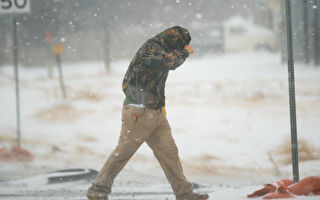 暴雪天 男子不想上班 向警察求助 警长出手 效果超赞