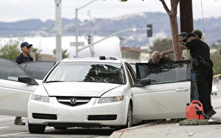 深夜警察用手电筒检查停车场可疑车辆 看到心碎一幕