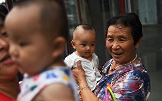 大陸新生人口數量和比率在2017年又有所下降。學者擔心未來大陸會面臨很大、很難以解決的人口問題。圖為大陸小孩兒和老人。 (Photo credit should read GREG BAKER/AFP/Getty Images)