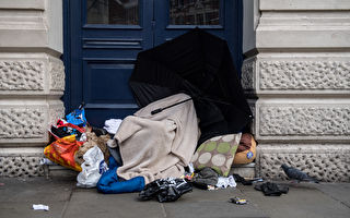 街友寒夜睡在动物庇护所门口 原因让人献爱心