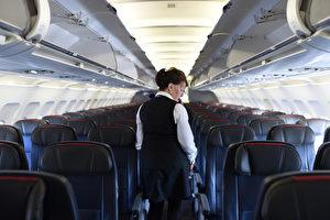 她的背影和其他空姐沒兩樣 當她轉過身 所有人為之屏息