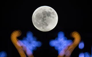 组图:超级月亮为新年夜空带来清丽之美