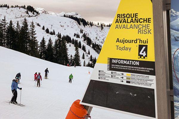 2018年1月5日(周五),上萨瓦省(Haute-Savoie)滑雪场贴错的雪崩警告级别。(DENIS CHARLET/AFP/Getty Images)