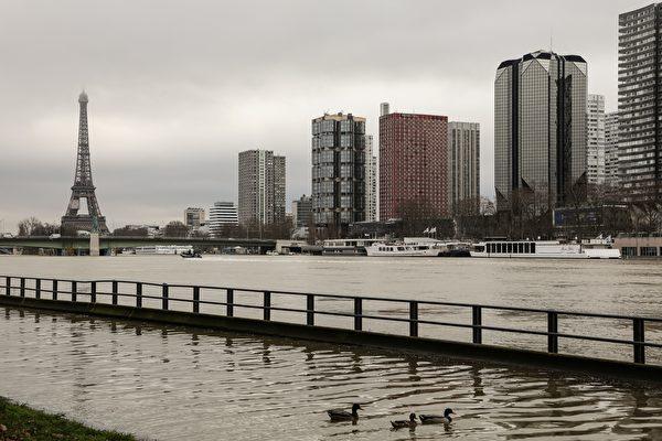 1月份連續降雨後,巴黎塞納河水位暴漲。圖為1月23日的巴黎塞納河邊,河水已漲上岸。( LUDOVIC MARIN/AFP/Getty Images)