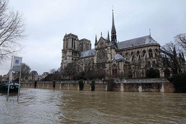 1月份連續降雨後,巴黎塞納河水位暴漲。1月23日巴黎聖母院旁的塞納河水漲至聖母院的圍牆外。(LUDOVIC MARIN/AFP/Getty Images)