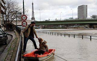 1月份连续降雨后,巴黎塞纳河水位暴涨。图为1月24日的巴黎塞纳河边,河水已涨上岸。(LUDOVIC MARIN/AFP/Getty Images)