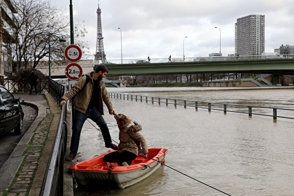 1月份連續降雨後,巴黎塞納河水位暴漲。圖為1月24日的巴黎塞納河邊,河水已漲上岸。(LUDOVIC MARIN/AFP/Getty Images)