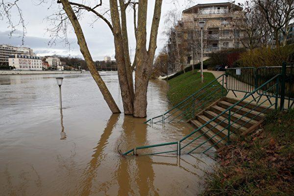 1月份連續降雨後,巴黎塞納河水位暴漲。圖為1月24日的巴黎近郊塞納河邊,河水已漲上岸。(GEOFFROY VAN DER HASSELT/AFP/Getty Images)