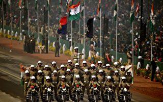 组图:印度举行阅兵 机车特技表演像马戏团