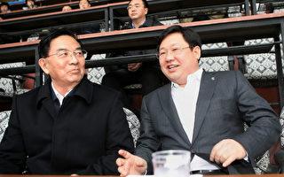 曾伙同薄谷开来杀人的张晓军已提前近4年出狱,而深度涉嫌薄周政变徐明(右)在出狱前突然死亡。(STR/AFP/Getty Images)
