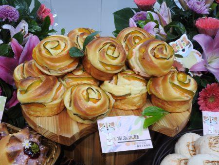 為迎接即將到來的世界花卉博覽會,台中多家知名糕餅業者以花入餅、入麵包,創造出極具特色的花博專屬產品。