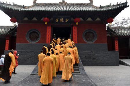 專家表示,中共對宗教統戰與滲透,造成亂象,如有的和尚摟著女人招搖過市,有的不唸佛經而唸十九大報告。圖為少林寺舉行儀式。