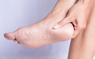 脚跟龟裂怎么办?两种果皮泡脚可改善