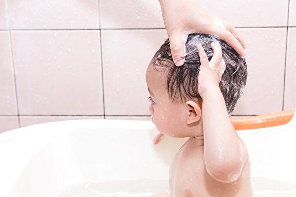 宝宝头皮屑洗不掉?碰到4种皮肤症妈妈这样做
