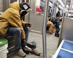 地铁上 男子脱下鞋 袜子在滴血 可之后的一幕让人感动