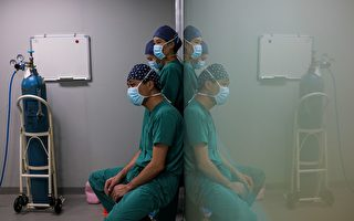 中国大陆医生是过劳死的高危人群。然而中共官方更为残忍,竟然让剩下活着的医生向猝死的医生学习。 (CHANDAN KHANNA/AFP/Getty Images)