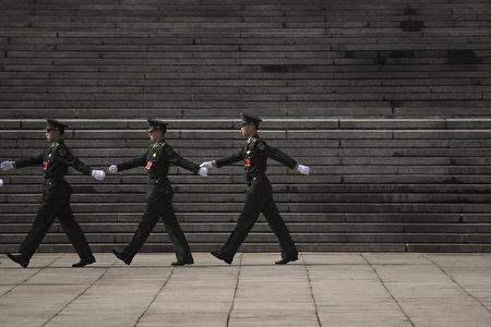 《金融時報》報導說,走正步是全世界專制政權的遊行特徵。( FRED DUFOUR/AFP/Getty Images)