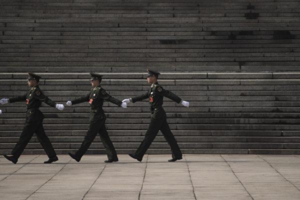 《金融时报》报导说,走正步是全世界专制政权的游行特征。( FRED DUFOUR/AFP/Getty Images)