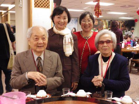 高龄89岁,前议会秘书谢舜哲先生(前排左)前议员廖郭凤(前排右)在家人的陪伴下参加春节联谊会。