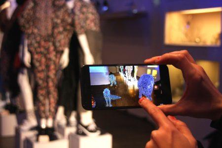 """""""纽约时装周""""场外展之一——瑞贝卡泰勒2018秋季展和谷歌""""倾斜的刷子""""App合作。"""