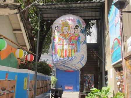 巷弄燈區 莊嚴又神聖的觀音神像彩繪燈籠。