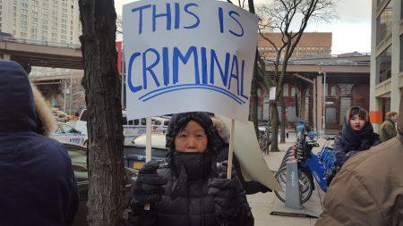 包厘街住户在HPD大楼前抗议。