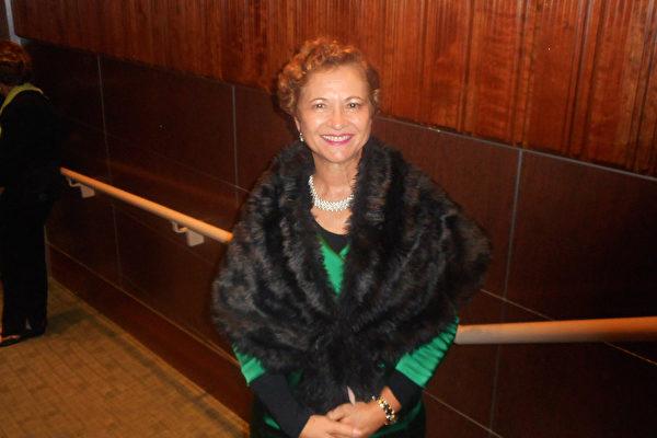 世界首位犹太女性大主教Dominiquae Bierman观看了2月4日下午神韵在佛州威尼斯的演出,她盛赞这是神的恩赐!(萧财英/大纪元)