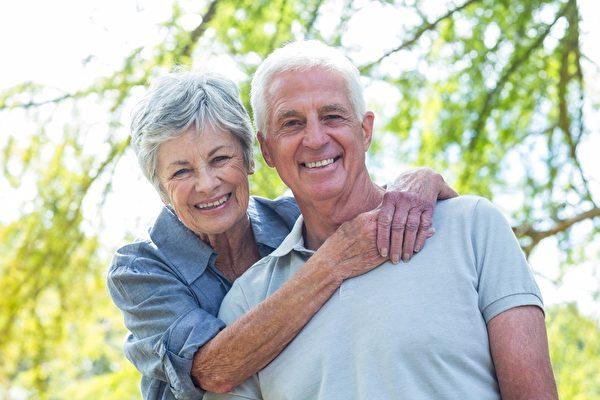 幸福的夫妇微笑