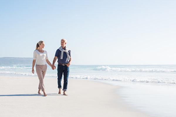 夫妇走在海滩