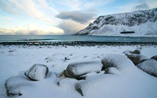 圖為北極圈內羅弗敦群島峽灣冰雪覆蓋的Unstad海灘。