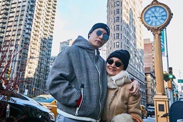 周汤豪赴纽约看秀 偕母同行欢乐过新年