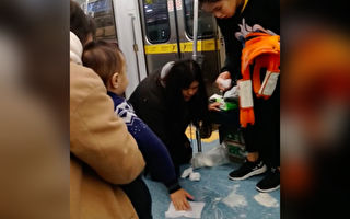 婴儿搭车吐奶洒满地 陌生乘客温馨相助