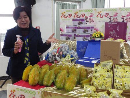 乡长廖秋蓉推荐桐乡的特产杨桃、蒜头还有芭乐,民众来莿桐赏花一定要买莿桐的特产。