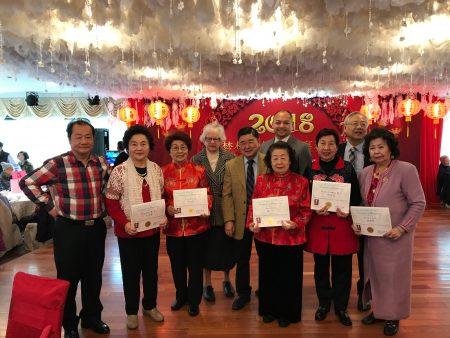 史塔文斯基表彰福壽老人中心執行委員會成員。