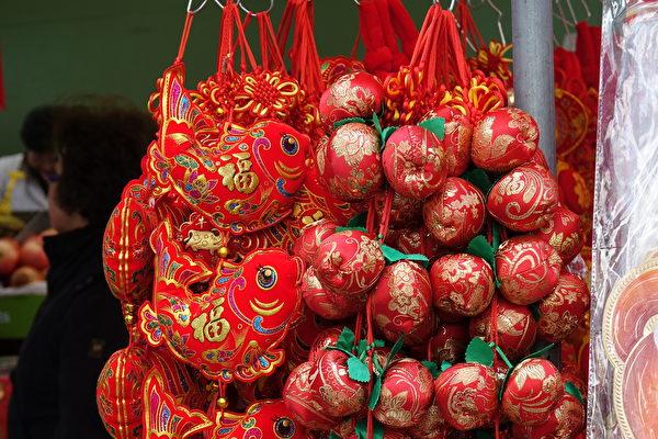 巴黎13區街頭出售的中國新年裝飾品。(關宇寧/大紀元)