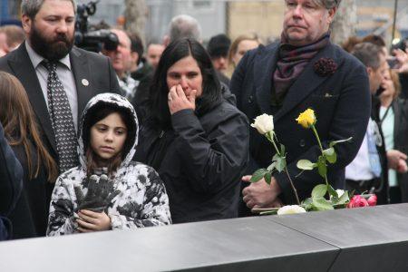 遇难者——时年47岁维修工人斯蒂芬·纳普(Stephen Knapp)的家人悼念死去的亲人。
