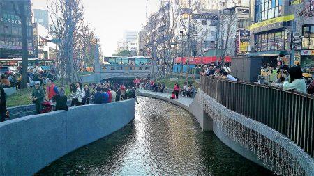 從綠川走到柳川,成為民眾中區賞川的新路線,過年期間遊客擠爆。