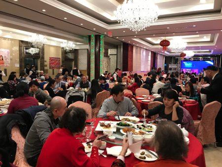 除夕夜,法拉盛中餐館爆滿人,一席難求。