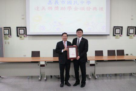 嘉义市长涂醒哲并回赠感谢状给吴旻融董事长(右)。