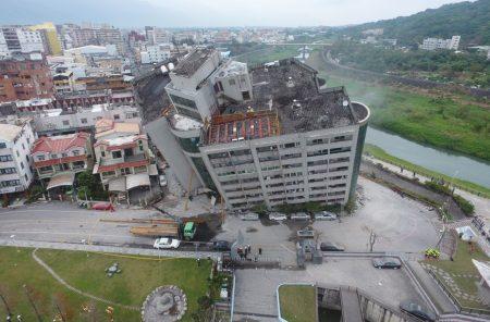 花蓮縣6日深夜發生里氏6.0強震,造成雲門翠堤大樓嚴重傾斜。