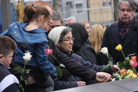 民众用鲜花悼念遇难者。