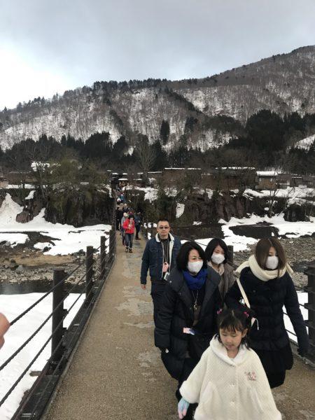 合掌村內的吊橋。