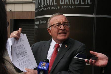 2月26日州长共和党参选人德弗朗西斯科抨击库默没有遵守自己规定的反腐规则。