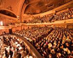 2018年2月24日(周六),神韵世界艺术团在美国宾州费城玛丽安剧院(Merriam Theater)13天20场的演出进入到第二天。继前一天的首场爆满加座后,周六下午和晚上两场演出依然爆满,剧院临时开放了一些看不全舞台的座位,以满足现场购票观众的诚挚要求。(戴兵/大纪元)