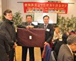 林宏穎(右立1)致贈駐法國代表處精緻禮品,由詹致遠會長(右立2)代表接受。(駐法國台北代表處提供)
