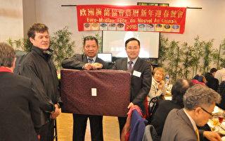 林宏颖(右立1)致赠驻法国代表处精致礼品,由詹致远会长(右立2)代表接受。(驻法国台北代表处提供)