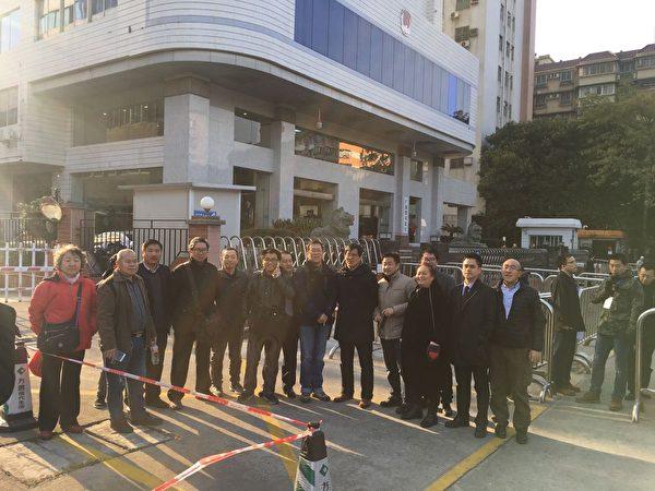 2月3日,廣州人權律師隋牧青吊銷律師證聽證會在廣州司法廳舉行。現場20多位律師和部分公民參與聲援。(知情人提供)